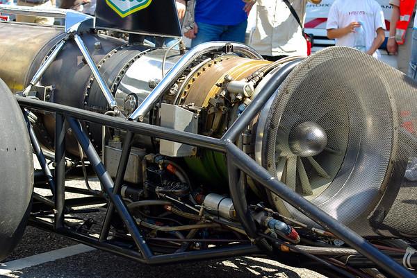 Dragster de V. Perrot et B. Feeler. Réacteur de chasseur americain F5. 6000 chevaux, 500 kg, accélération de 5G. 400m départ arrêté en 6s (485 km/h).