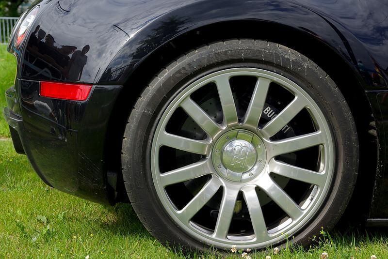 Michelin Pilot Sport système PAX 265-680 ZR 500A 99Y (AV) et 365-710 ZR 540A 108Y (AR), des pneus capable de résister a l'accélération ainsi que la vitesse élevée. Une gomme spécifique développée par Michelin avec un contrôle de pression sophistique. Ils peuvent atteindre les 445 km/h.