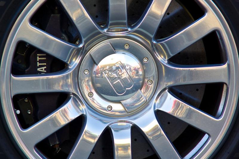 La Veyron est équipée d'un système de freinage avec des disques en carbone/céramique de 40 cm de diamètre. Le freinage est assisté par l'aileron arrière, dont la mise en action s'effectue avec la pédale des freins, à des vitesses entre 200 et 375 km/h de quoi stopper de 100 km/h à l'arrêt en 31,4 m, soit 2,3 secondes. A pleine puissance de freinage, il suffit de dix secondes à la Veyron pour ralentir de 400 km/h à l'arrêt complet.