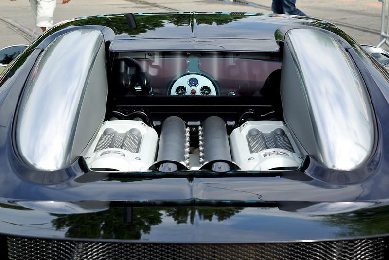 Le moteur entièrement conçu par Volkswagen est un moteur avec cylindres en W à 16 cylindres 64 soupapes composé de deux V8 assemblés à 90° et de 7 993 cm³ de cylindrée alimentés par quatre turbocompresseurs, 118 chevaux fiscaux. La puissance est de 1 001 chevaux à 6 000 tr/min. Le passage de 0 à 100 km/h se fait en 2,5 secondes, de 0 à 200 km/h en 7,3 secondes, et de 0 à 300 km/h en 16,7 secondes. La transmission fait appel à une boîte (Volkswagen) à sept rapports. La Veyron est équipée de 4 roues motrices.