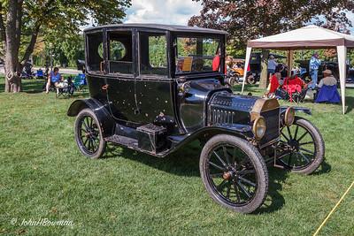 1915 Ford Model T Center-door Sedan