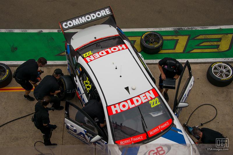 All hands on deck preparing Nick Percat's car (Lucas Dumbrell Mo