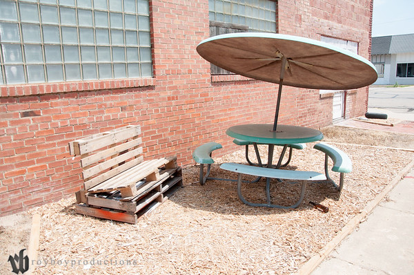 A small hang out area at Johnny Torres Upholstery.