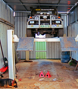 Brians magic Rocsta on the hoist for service. Note alloy bullbar which was replaced with a TJM on from the Triton which wrote off a SS Commodore which came through a Give Way sign. De facto chick. Miners.