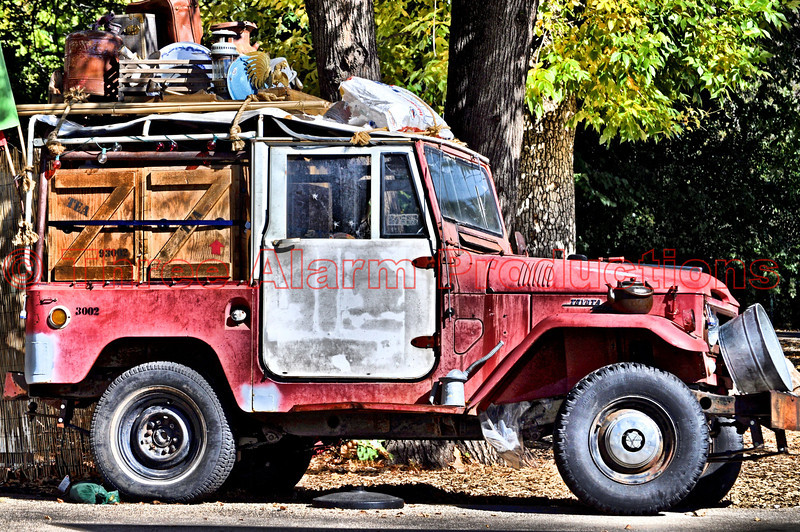 An old Toyota FJ 40 Land Cruiser, ready for the safari.