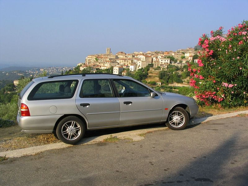 Car with badly matched rear door, St Jeannet Aug 2003