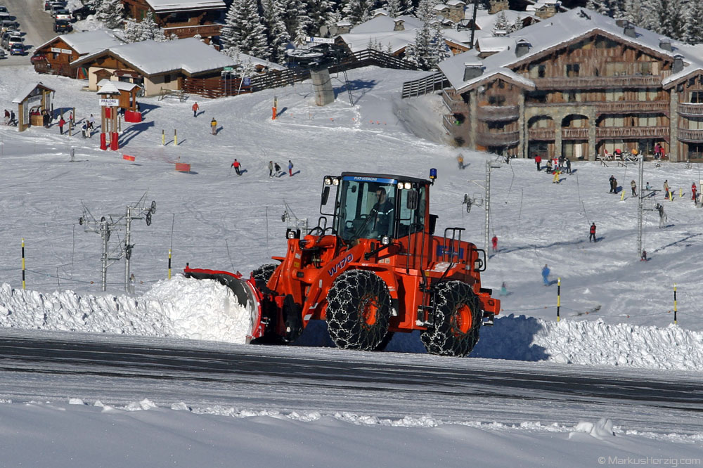 Runway cleaning @ Courchevel France 29Dec03
