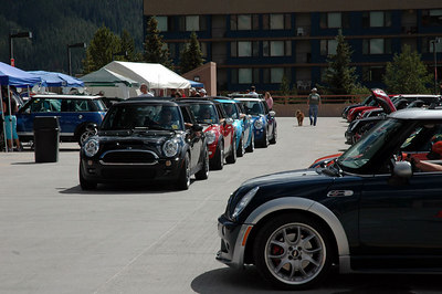 MINIs lining up for the next Group-N-Go (self-organized) ride.