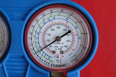 Static gauge indication with the engine off.  A close-up view of the high (red) pressure indication at 65 psi, with the A/C compressor not running. At an ambient temperature of 25º C, the gauge should have indicated about 83 psi.