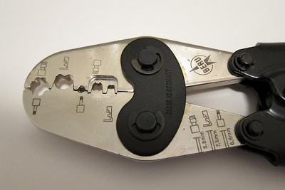 A close-up view of the ZAZ 3 Beru crimping tool.  Note the 6.8 mm indication marked at the bottom right of the jaws. That is how long the stranded wire needs to protrude past the end of the insulation when used with a M3 terminal.