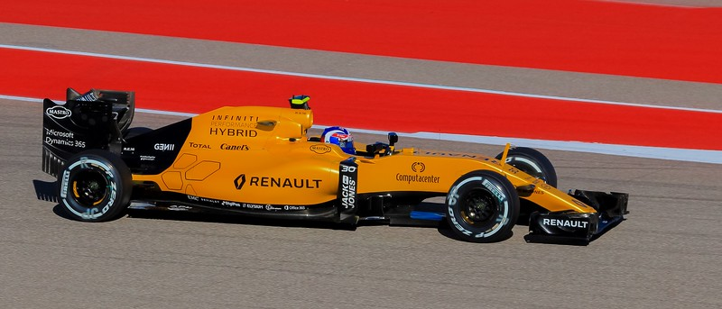 The 2nd team car sports a yellow mark on the antenna. This is Renault's Jolyon Palmer.