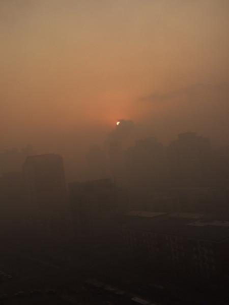 lever de soleil ... dans le brouillard ... et la pollution....
