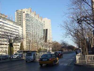 le côté sud de notre résidence, et le parc Chaoyang derrière les arbres sur la gauche.