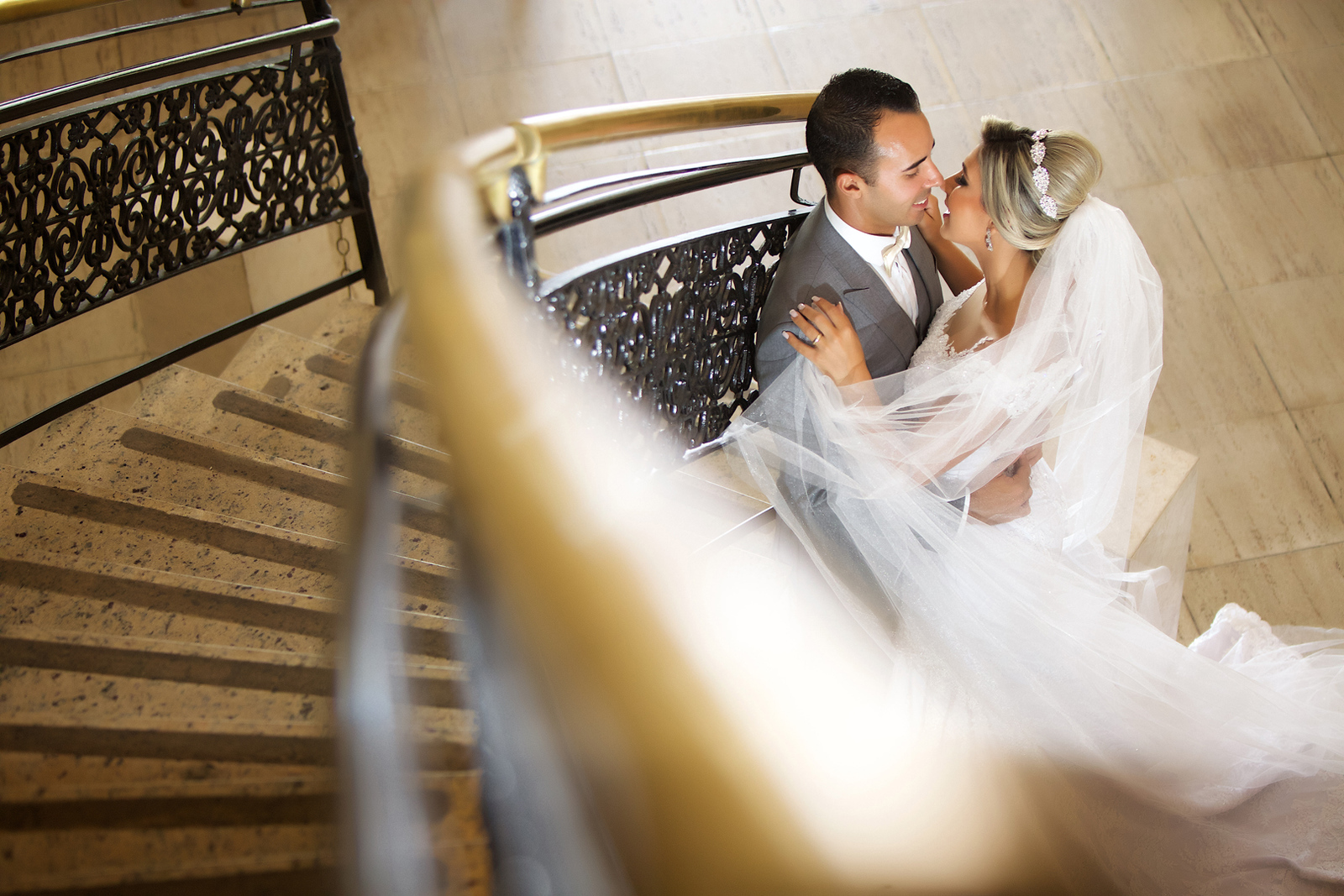 Noivos no ensaio de pos casamento no Miriam Maira Casa de festas encostados na escadaria