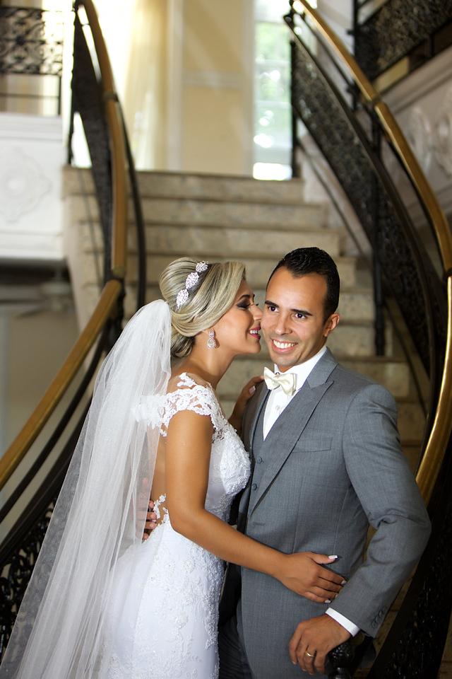 Noivo ganhando beijinho no rosto na escadaria no ensaio de pos casamento no Miriam Maira