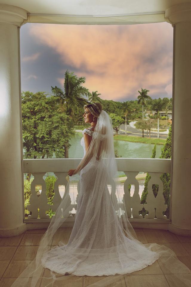 Noiva na sacada no ensaio de pos casamento no Miriam Maira com vista para Lagoa da Pampulha