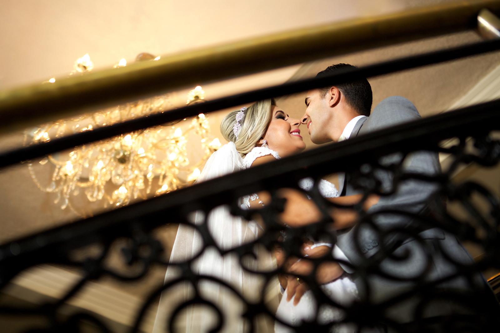 Noivos beijinho na escadaria no ensaio de pos casamento no Miriam Maira