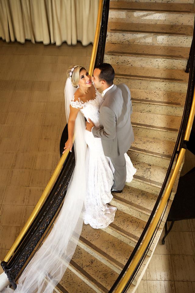 Noivos no ensaio de pos casamento no Miriam Maira Casa de festas na escadaria