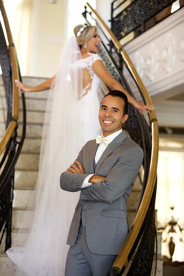 Noivo na escadaria no ensaio de pos casamento no Miriam Maira