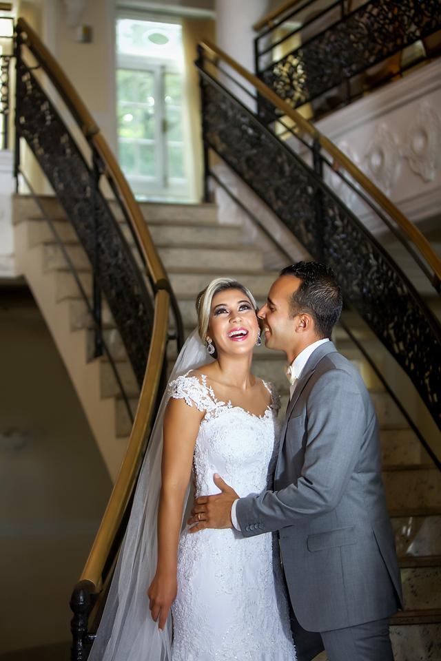 Noiva ganhando beijinho no rosto na escadaria no ensaio de pos casamento no Miriam Maira