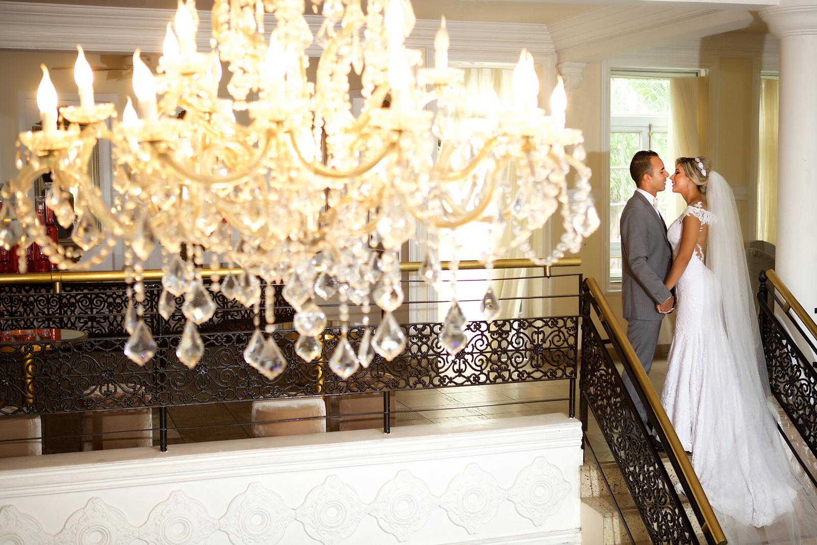 Noivos no ensaio de pos casamento no Miriam Maira Casa de festas na escadaria beijando