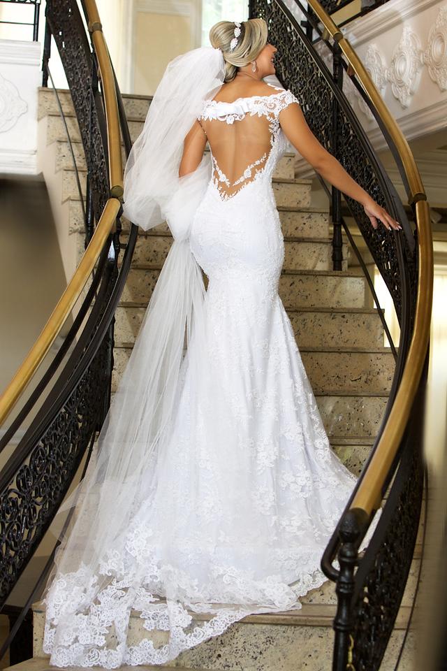 Noiva de costa com lindo vestido no ensaio de pos casamento no Miriam Maira Casa de festas