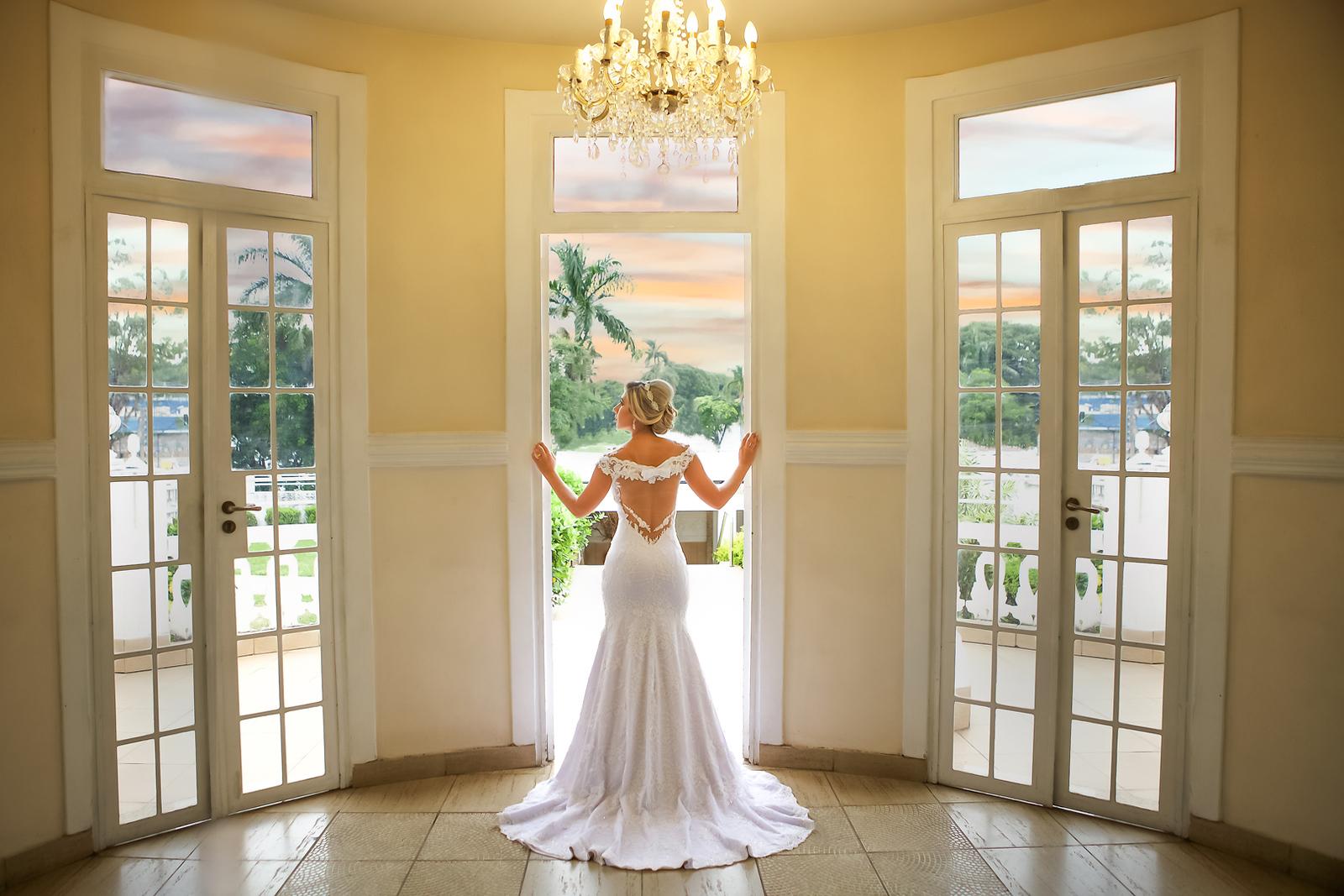 Noiva no ensaio de pos casamento na entrada do Miriam Maira Casa de festas