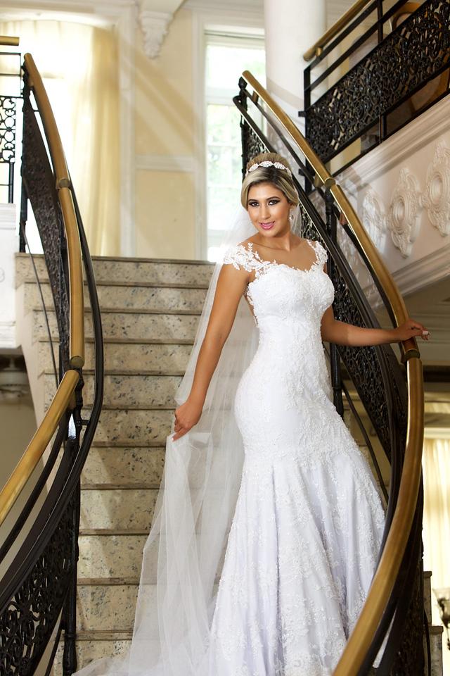 Noiva no ensaio de pos casamento na escadaria do Miriam Maira Casa de festas