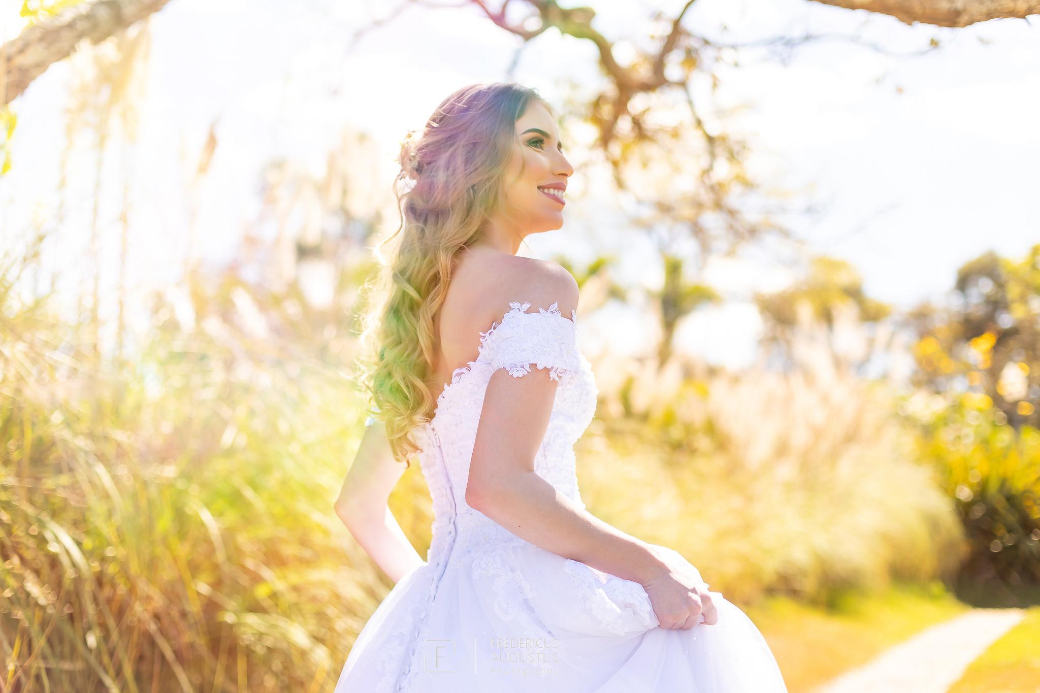 foto com todos os detalhes do vestido da noiva não pode deixar de ter no ensaio de pós casamento