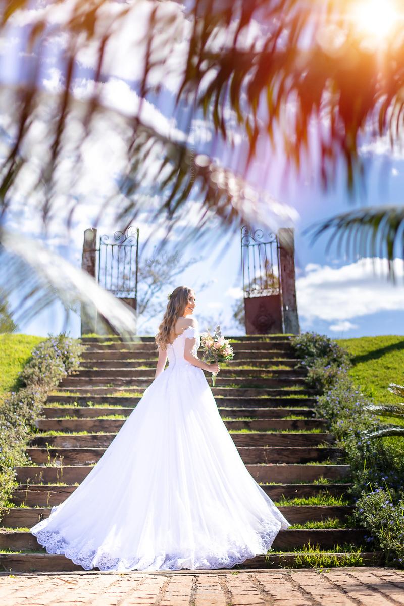 foto com todos os detalhes da calda do vestido da noiva não pode deixar de ter no ensaio de pós casamento