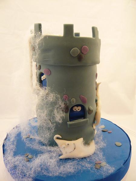 Torta de Halloween- Castillo de bizcochuelo decorado con fondant y fantasmitas en pasta de modelar.