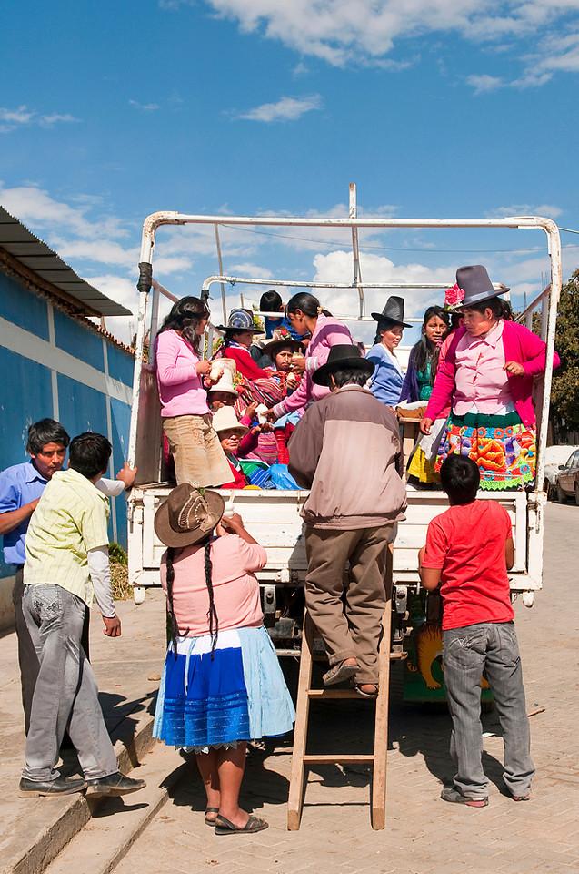 """<p><font size=""""4"""" face=""""Trajan Pro"""">Transporte público  andino - Suben.. Suben.. Mercado semanal - Carhuaz  </font></p>"""