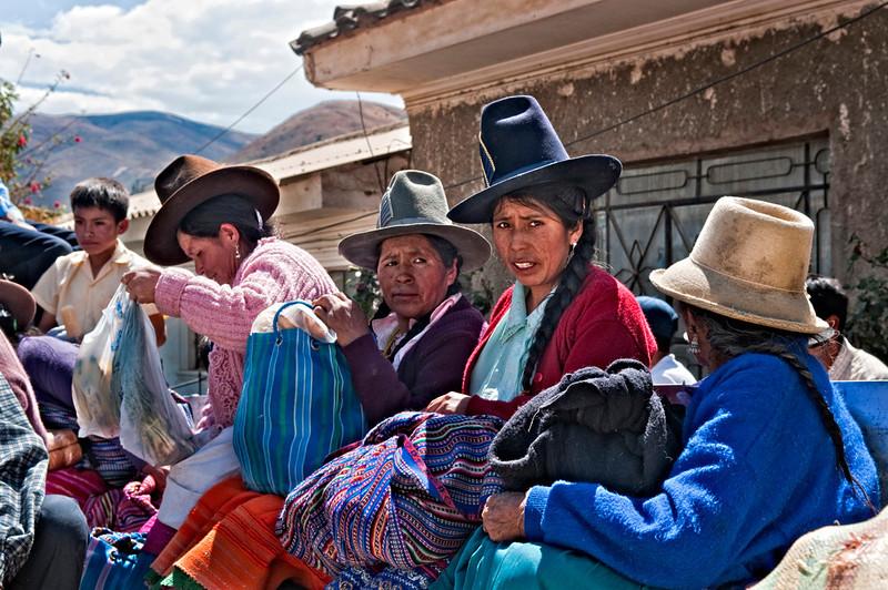 "<p><font size=""4"" face=""Trajan Pro"">Transporte público  andino -  todavía hay sito, empujen - Mercado semanal - Carhuaz  </font></p>"