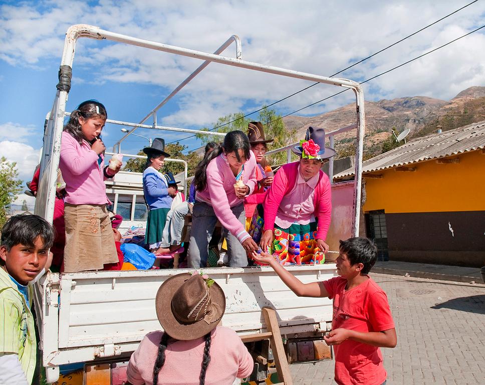 "<p><font size=""4"" face=""Trajan Pro"">Transporte público  andino -  Helados al natural- Mercado semanal - Carhuaz  </font></p>"