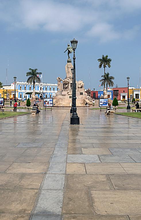 """<p><font size=""""4"""" face=""""Trajan Pro""""> Plaza Mayor- Trujillo</font></p>"""