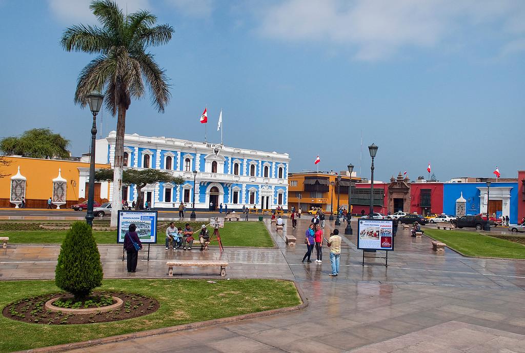 "<p><font size=""4"" face=""Trajan Pro""> Plaza Mayor - Municipalidad- Trujillo</font></p>"