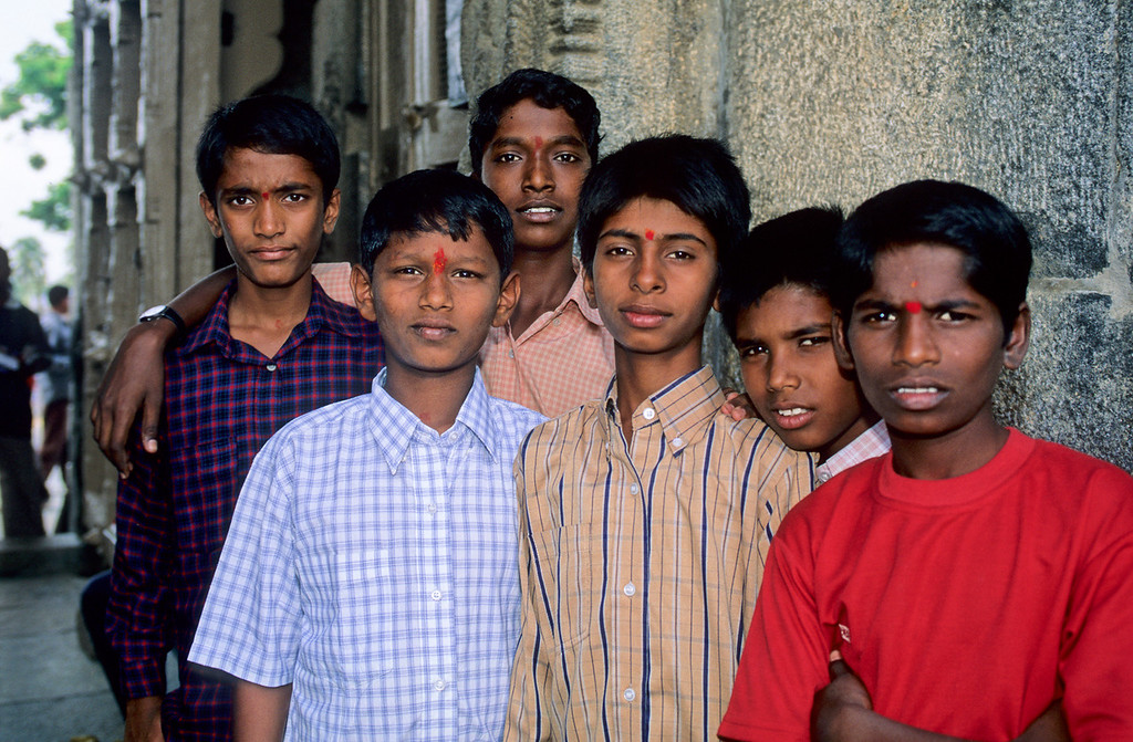 "<p><font size=""4"" face=""Trajan Pro"">Jóvenes en Mysore</font></p>"