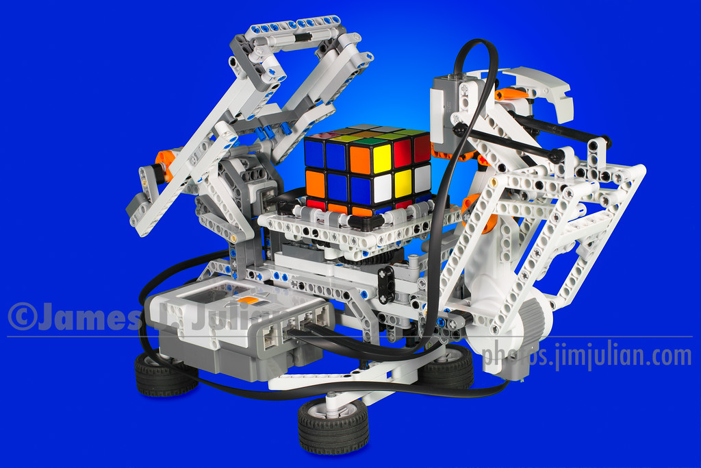Lego Mindstorms NXT Rubik's Cube Solving Robot