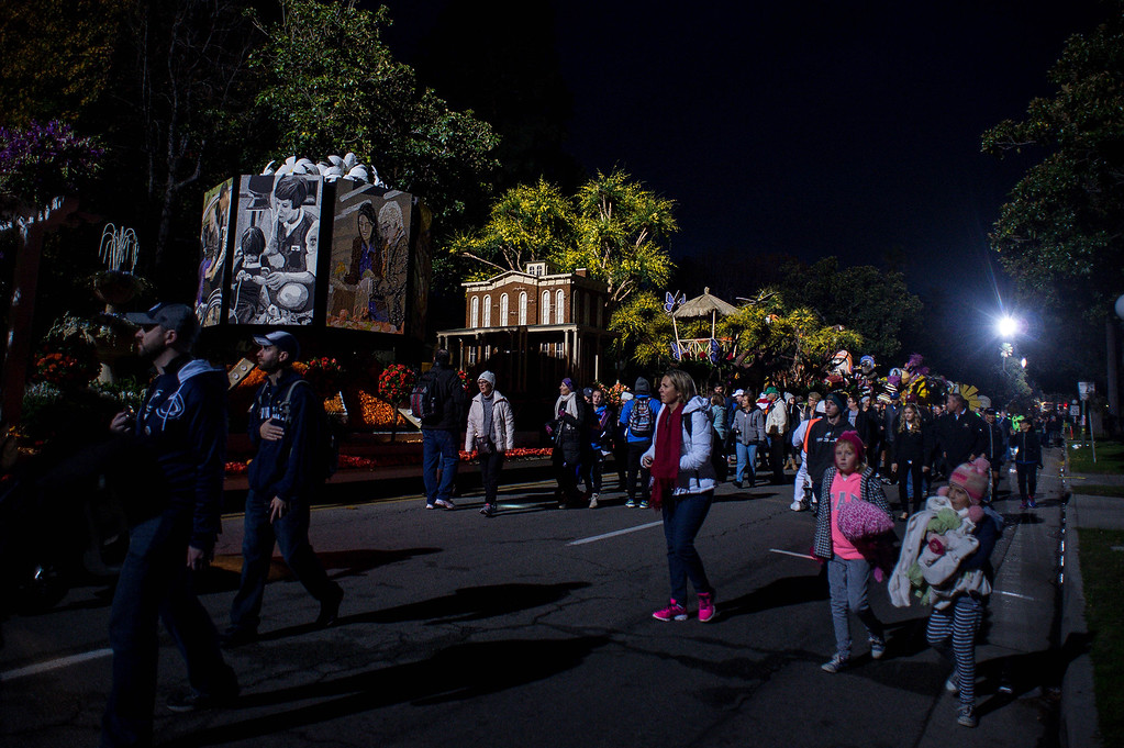 . Crowds check out Rose Parade floats along Orange Grove Boulevard before the start of the 2017 Rose Parade in Pasadena, Calif. on Monday, Jan. 2, 2017. (Photo by Sarah Reingewirtz, Pasadena Star-News/SCNG)