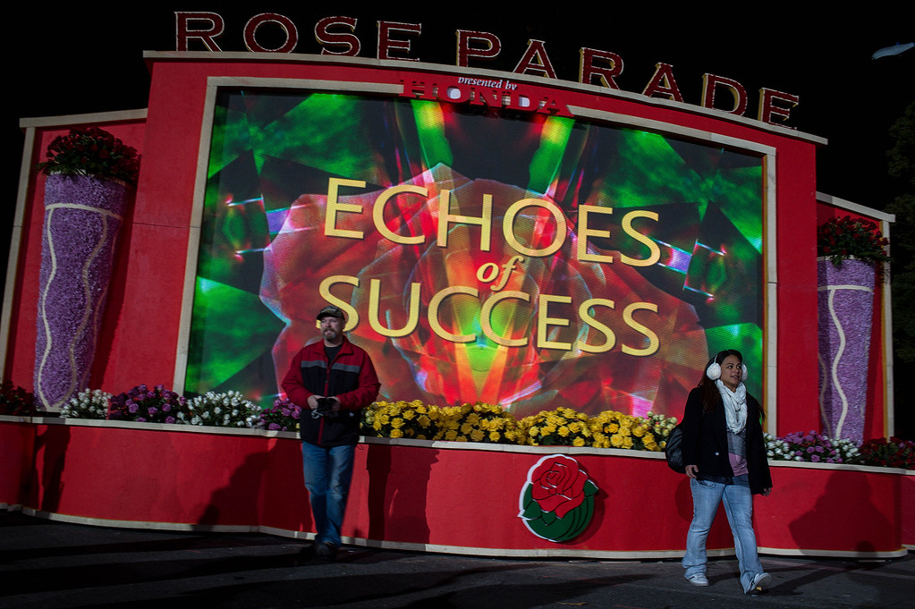 . Crowds pose for pictures on Orange Grove Boulevard before the start of the 2017 Rose Parade in Pasadena, Calif. on Monday, Jan. 2, 2017. (Photo by Sarah Reingewirtz, Pasadena Star-News/SCNG)