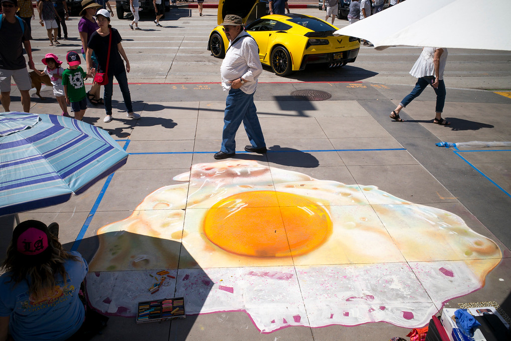 . Temperatures contined to sizzle Sunday, hot enough to fry a chalk egg on the sidewalk at the 25th Pasadena Chalk Festival at Peseo Colorado in Pasadena Sunday, June 18, 2017.  The frying egg was created by chalk artist Leslie Perdomo of Inglewood.    (Photo by David Crane/Los Angeles Daily News-SCNG