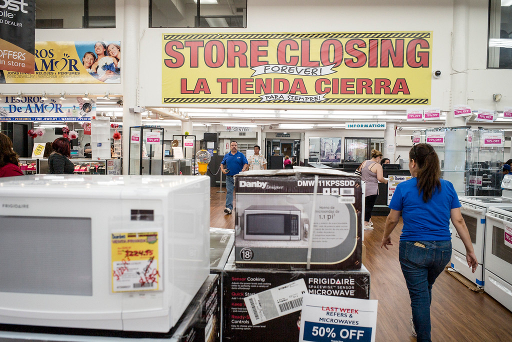 . Shoppers look for bargains at the original Dearden\'s in Los Angeles.  The retail chain that has served Southern California shoppers for 108 years, will close all eight of its stores and its warehouse in Rancho Cucamonga this Sunday.  ( Photo by David Crane, Los Angeles Daily News/SCNG)