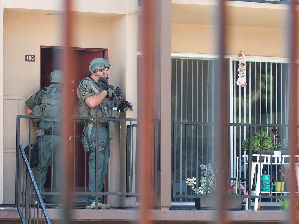 . Long Beach police SWAT officers evacuated neighbors after a 19-year-old was involved in a possible gang shooting Monday morning after he barricaded himself inside the unit in Long Beach Monday, September 11, 2017. After 5-hour standoff a suspected gunman surrenders to SWAT officers at an apartment complex on the 5400 block of Paramount Boulevard. (Photo by Thomas R. Cordova, Press-Telegram/SCNG)