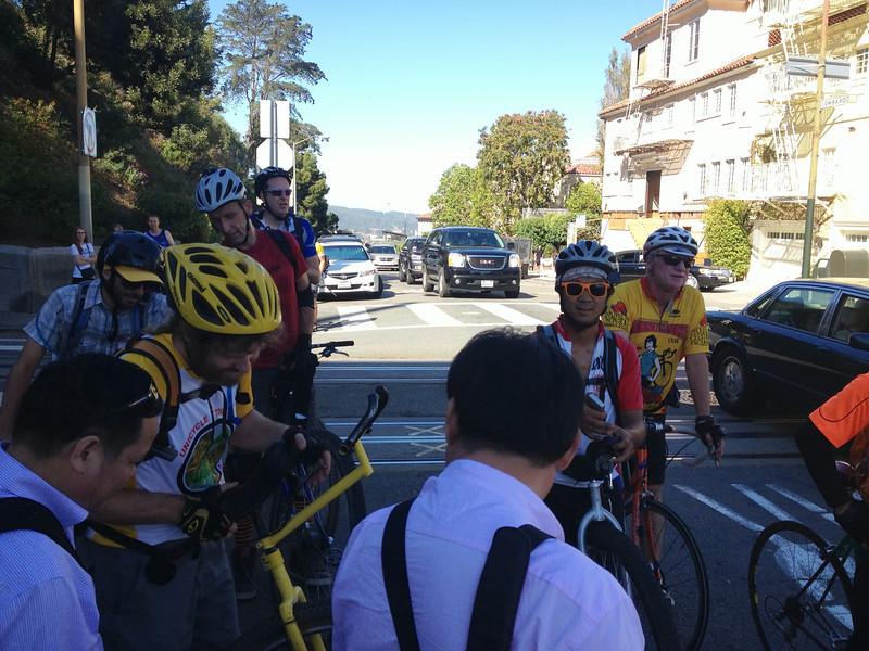 Cola de autos y de monociclistas para bajar Lombard St.