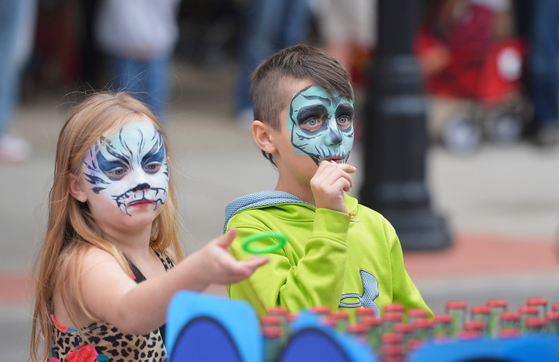Justin Sheely | The Sheridan Press<br /> Seven-year-old Jayda Kelly, left, tosses a ring at the set of pop bottles as her friend Austin Duerksen, 8, looks on during Third Thursday on Main Street.