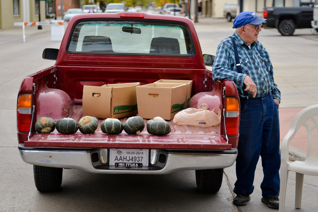 Justin Sheely | The Sheridan Press<br /> Lenus Nielsen waits by his truck as he sells squash from the back of his truck during the last Farmers Market of the season Thursday on Grinnell Plaza.