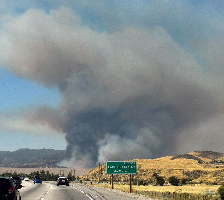 . June 17,2017. Caustic Lake. CA. A huge loom-up of smoke from a 550+ acre brush fire that could be seen for miles Saturday.  LA county and LA city firefighters do mostly of air attack on a brush fire near Lake Castaic  Saturday. The fire rapidly has grown to 550 acres as of 4 p.m.  A total of 195 firefighters from the Los Angeles County Fire Department, plus firefighters from the Angeles National Forest, battled the blaze.  As of 4 p.m., there was no containment line and no mandatory evacuations of the area,  Photo by Gene Blevins/LA DailyNews/SCNG