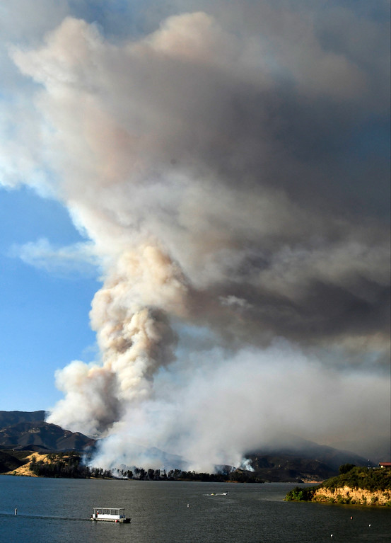 . June 17,2017. Caustic Lake. CA. LA county and LA city firefighters do mostly of air attack on a brush fire near Lake Castaic  Saturday. The fire rapidly has grwon to 500 acres as of 4 p.m.  A total of 195 firefighters from the Los Angeles County Fire Department, plus firefighters from the Angeles National Forest, battled the blaze.  As of 4 p.m., there was no containment line and no mandatory evacuations of the area,  Photo by Gene Blevins/LA DailyNews/SCNG