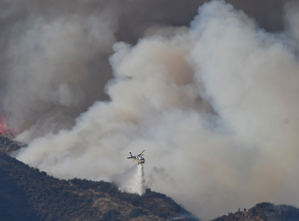 . June 17,2017. Caustic Lake. CA. LA county and LA city firefighters do mostly of air attack on a brush fire near Lake Castaic  Saturday. The fire rapidly has grown to 550+ acres as of 4 p.m.  A total of 195 firefighters from the Los Angeles County Fire Department, plus firefighters from the Angeles National Forest, battled the blaze.  As of 4 p.m., there was no containment line and no mandatory evacuations of the area,  Photo by Gene Blevins/LA DailyNews/SCNG