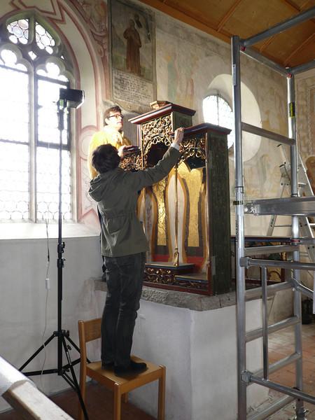 Galgenen, Kapelle St. Jost Anna Altar - Demontage Schrein und Predella AAF_0260_04-05-2011